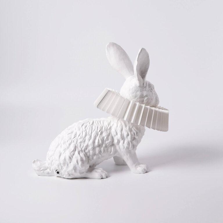 Het gedistingeerde konijn van de Rabbit X lamp gezien vanaf de zijkant. Ook hier prachtige details in de vacht gemaakt van wit kunsthars.