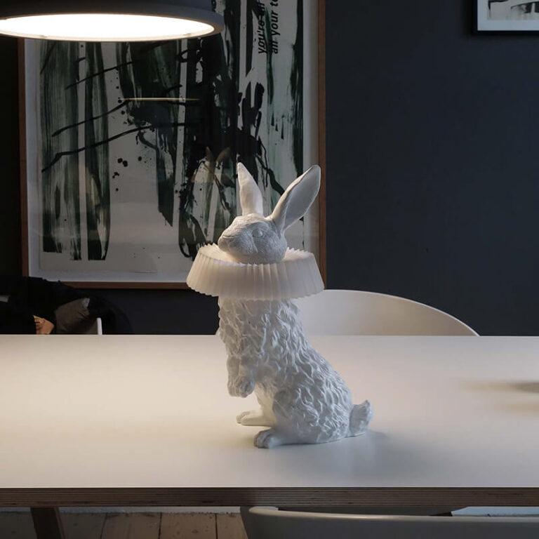 Ooit zo'n mooi konijn als lamp gezien? De Rabbit X lamp in de rechtopstaande versie, staat hier parmantig midden op tafel.