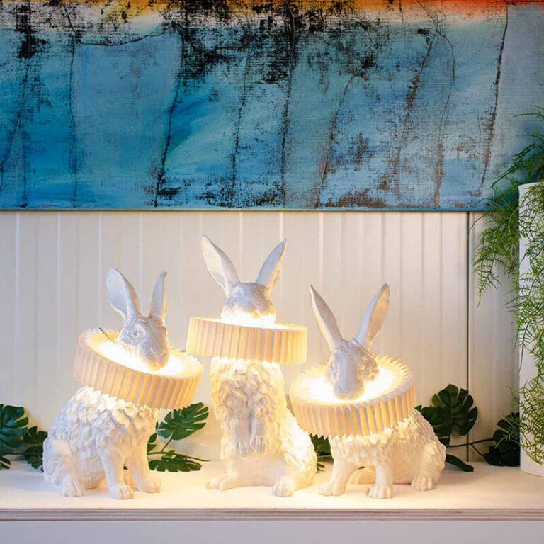 De Rabbit X lamp is een hele bijzondere design lamp. Hier zie je de 3 verschillende modellen. Door het licht dat door de kraag mooi wordt gefilterd, wordt het konijn mooi uitgelicht.
