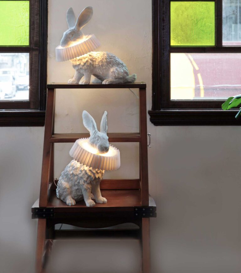 De prachtige Konijnen van Hao Shi zitten hier samen op een klein trapje. Het betreft het zittende en hurkende konijn.