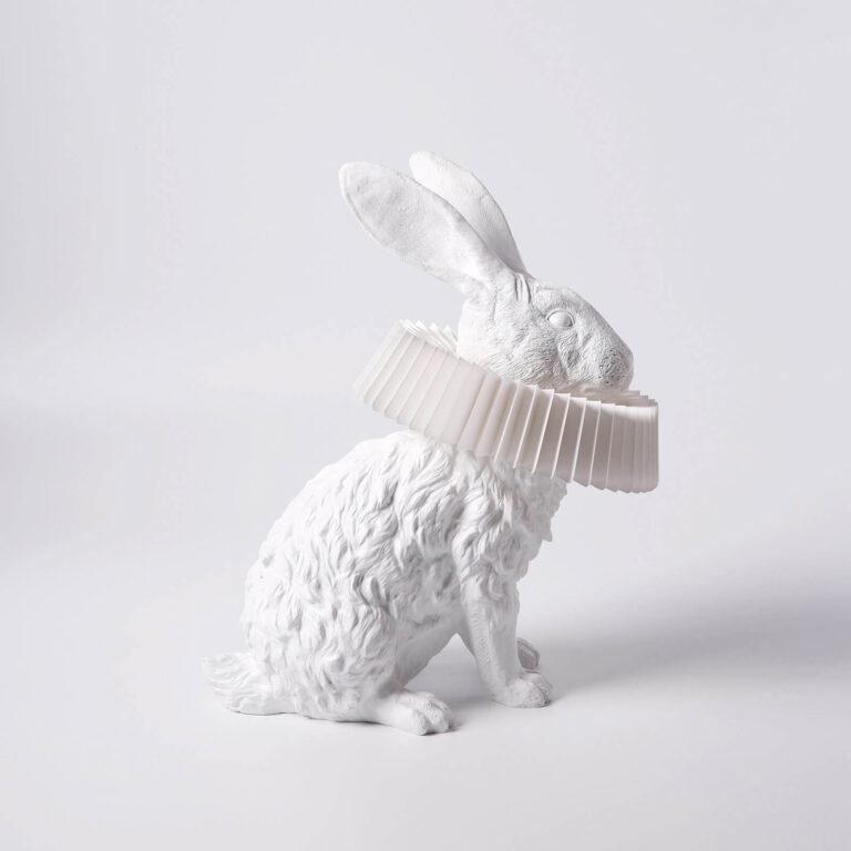 De ogen, de grote oren, de pootjes, de haren: alles is tot in detail uitgewerkt van de Rabbit X lampen van Hao Shi.
