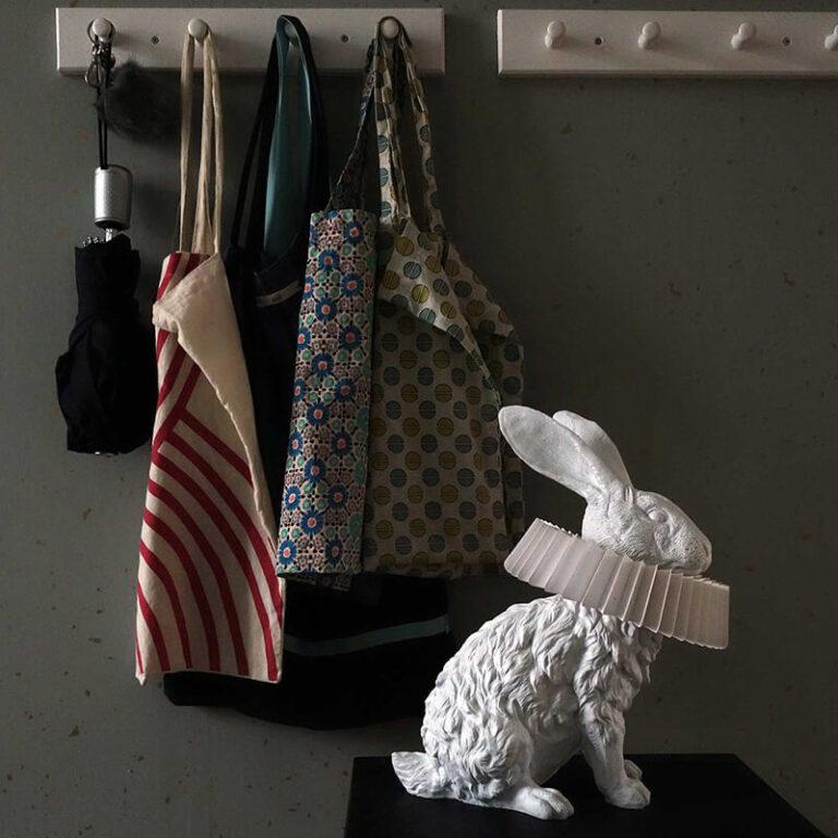 Op het kastje staat de zittende Rabbit X design lamp. Ook als deze niet brandt is het een prachtig object om te zien. Om zijn hals een prachtige 'gouden eeuw kraag'.