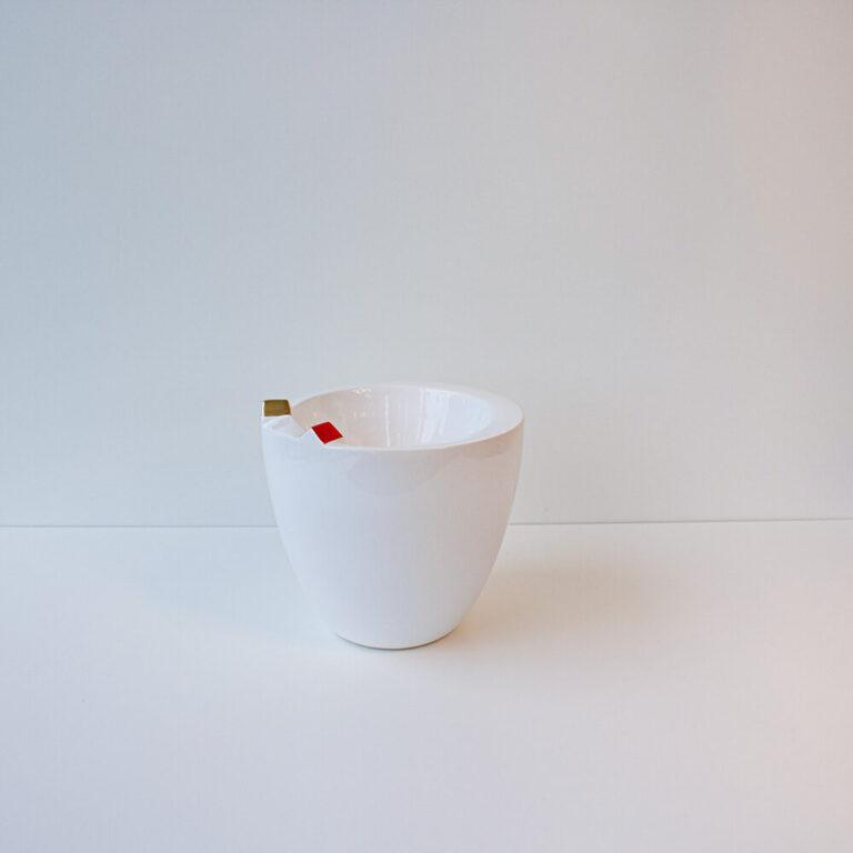 De witte vaas is voorzien van een glazuurlaag waardoor alles een mooie glans krijgt.