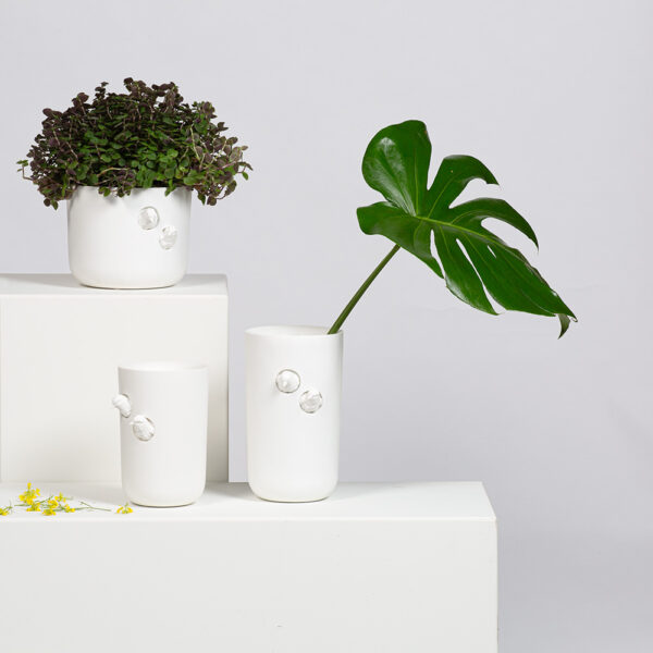 Met een mooie bos bloemen in de moderne Sparrow design vaas medium heb je in je interieur direct een mooie eyecatcher. Ontwerp Hao Shi. Marmeren vaas met 2 mussen die nieuwsgierig vanuit de vaas naar buiten kijken.