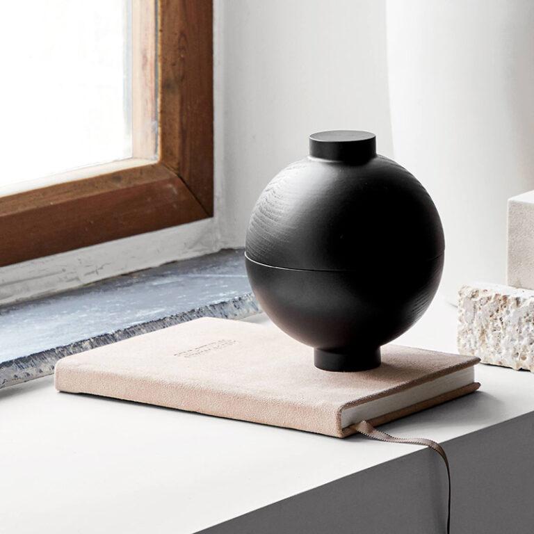 De zwart houten Galaxy en Sphere zijn prachtige objecten voor in je interieur. De Galaxy is plat en rond en de Sphere heeft een bolvorm.