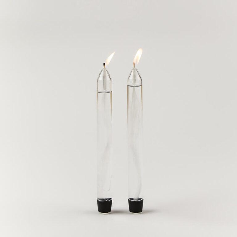Met deze sfeervolle design oliekaarsen heeft de architect Mikkel Lang Mikkelsen een moderne en nieuwe draai gegeven aan de klassieke kaars. Ze zijn namelijk gemaakt van glas en je vult ze eenvoudig met lampenolie!