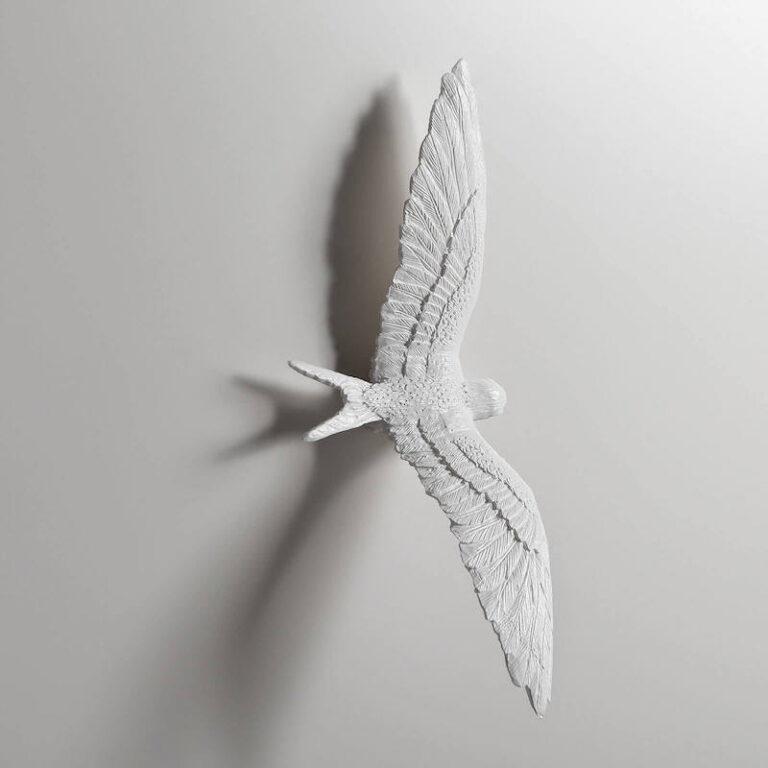 De witte zwaluwen van de Swallow klok zijn gegoten van kunsthars en daarna zijn de details met de hand verder uitgewerkt.
