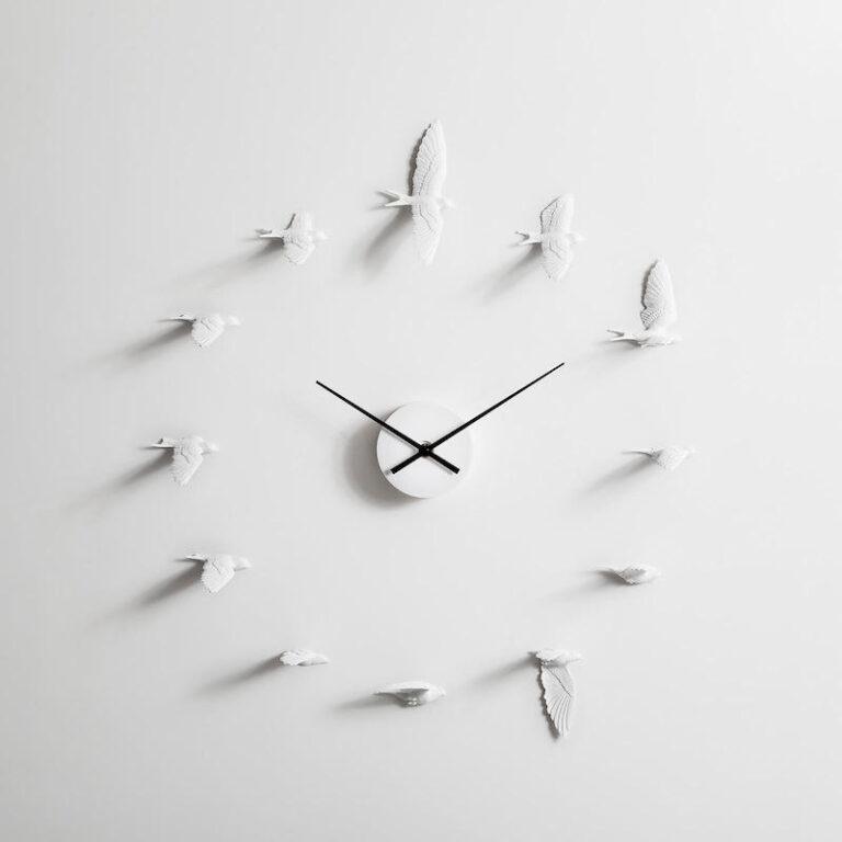 De Swallow X klok bestaat uit 12 witte zwaluwen die om het uurwerk vliegen. Elke zwaluw is anders en vliegt op de positie waar je normaal een cijfer ziet.
