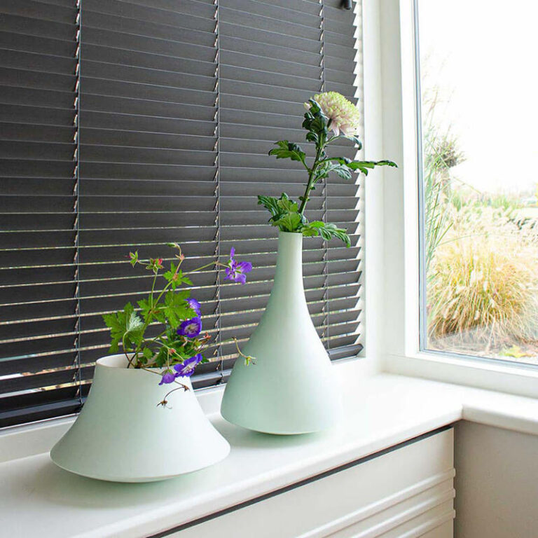 In de Swing serie is er ook een vaas in een hogere uitvoering. Hier staan ze samen op een brede vensterbank.