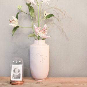 Design vazen, wij kunnen er geen genoeg van krijgen. Gevuld met bloemen brengen ze leven in je interieur en wat ons betreft mogen ze in geen enkel huis ontbreken.