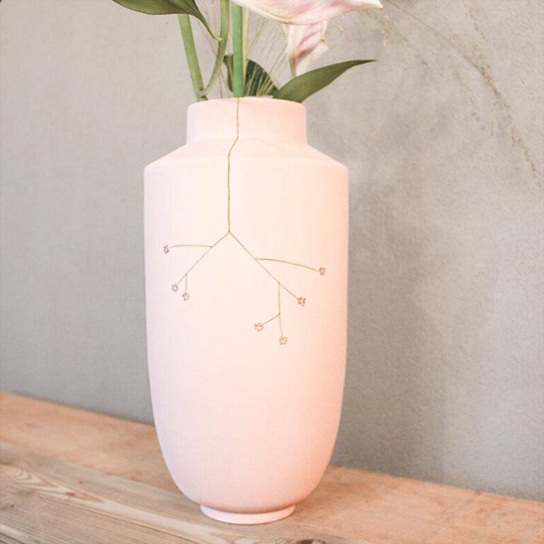 De hoge vazen van Studio Harm & Elke hebben een fijn formaat met een iets smallere hals waardoor ook kleinere bossen bloemen beter blijven staan. Gemaakt van porselein.