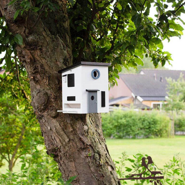 Het houten vogelhuis in Bauhaus stijl kan vrijstaand op een speciale poot, aan een wand met een zwenkarm, of zo op de muur geplaatst worden. Maar ook aan een boom hangt het vogelhuis prachtig.