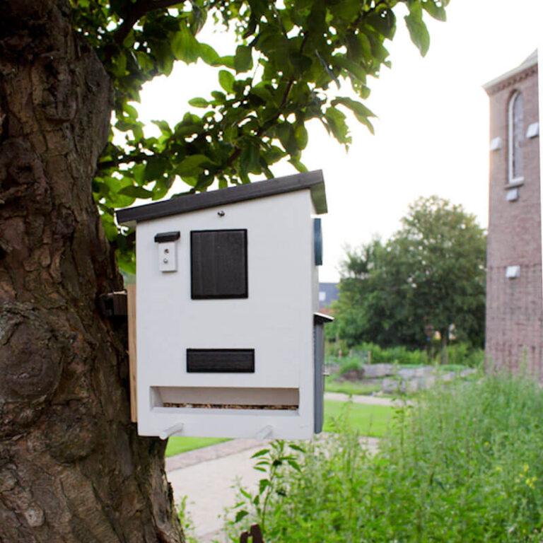 Voor het ophangen van het houten vogelhuis in Bauhaus stijl zit er een losse houten houder bij de levering. Deze schroef je op de wand of boom. Daar hang je dan weer het nestkastje aan. Wel zo handig voor het navullen, schoonmaken of het veranderen van nestkastje naar vogelvoederstation.