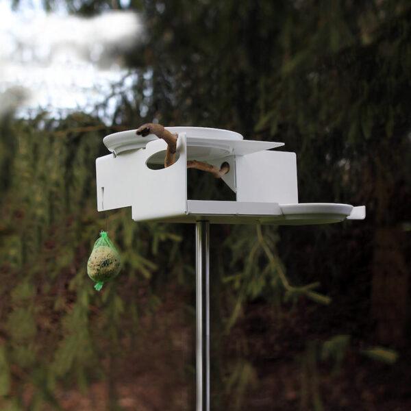 In het design Bauhaus vogelhuis zijn ruimtes uitgespaard waardoor je een flinke tak kunt steken. Dit zorgt voor een mooi natuurlijk accent.