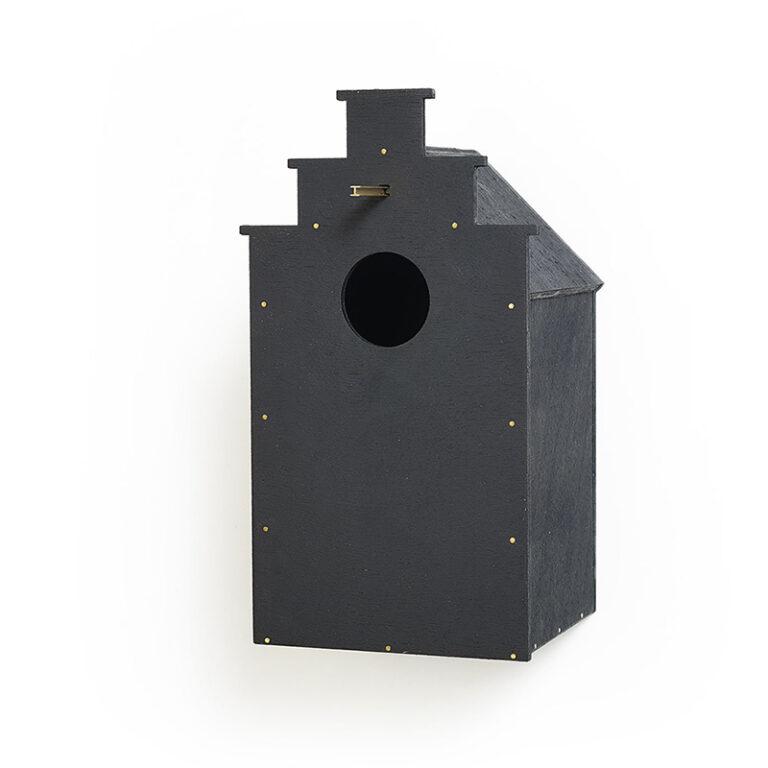 Frederik Roijé ontwierp dit Canal birdhouse. Hier duidelijk de trapgevel van een klassiek pand te herkennen. Het nestkastjes is gemaakt van zwart gebeitst MDF.