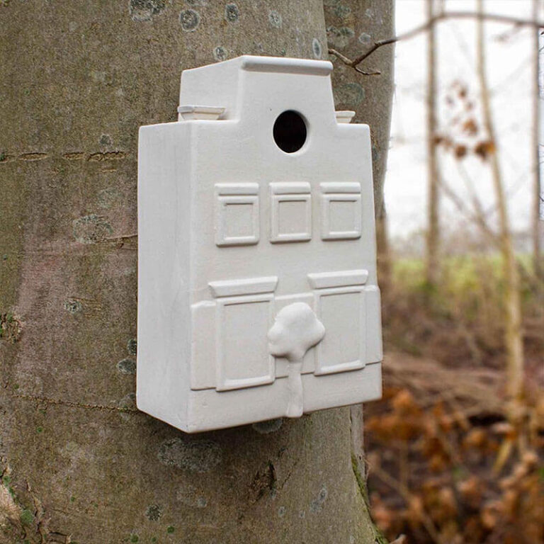 Design nestkastje In Holland staat een huis, is handgemaakt in Nederland. Het heeft vele mooie details. Vogeltjes kunnen er hun nestje in bouwen of tijdens koude nachten in schuilen.