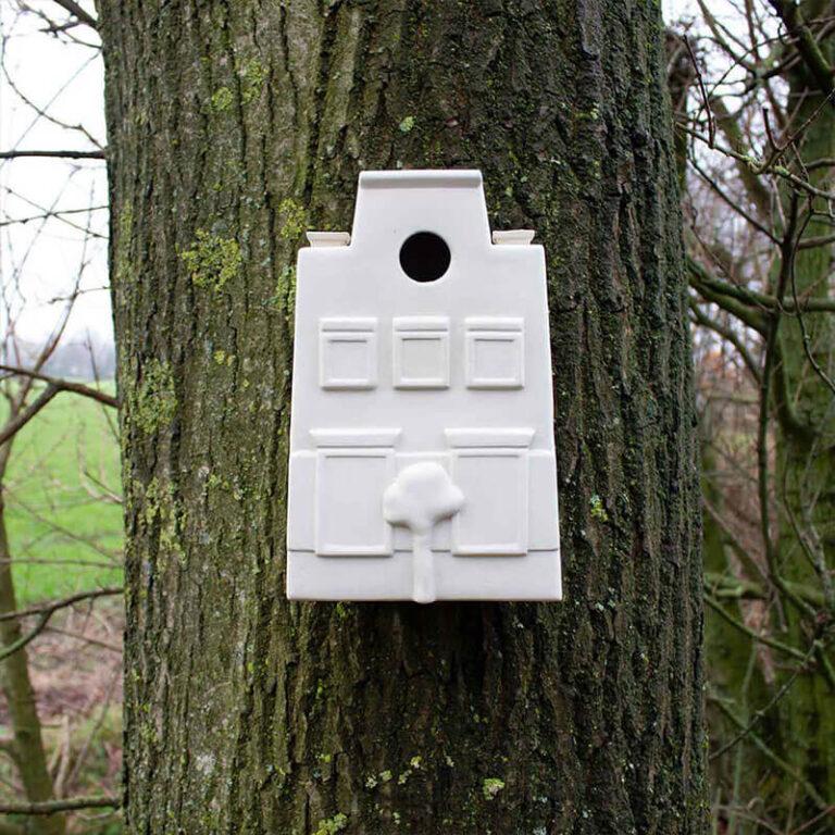 Hang het moderne vogelhuisje 'In Holland staat een huis' bijvoorbeeld eens aan een boom. Het steekt prachtig af tegen de bast.