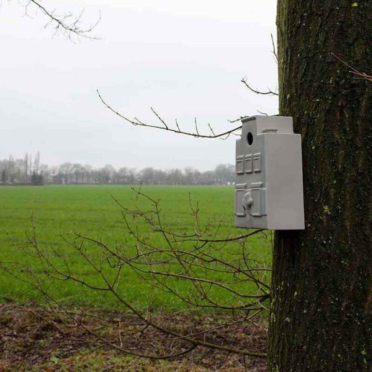 Een typisch Hollands huis als nestkastje voor vogeltjes. Hoe leuk wil je het hebben. Prachtig gemaakt van Steengoed en winterhard.