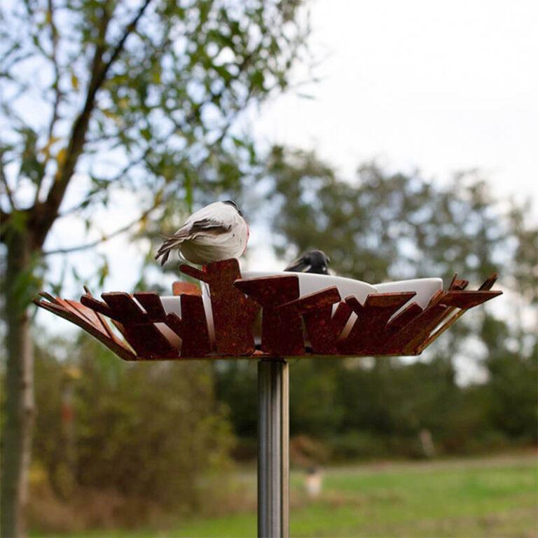 Omdat het moderne vogelvoederstation Nest op een hoge poot staat, zitten de vogels op veilige afstand van bijvoorbeeld katten