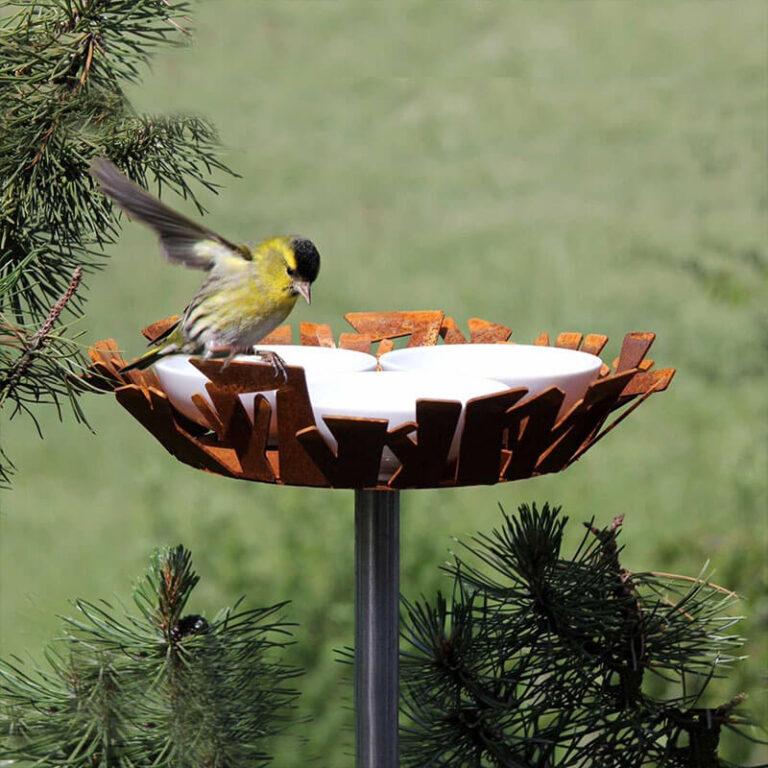In dit moderne design voederstation zijn uit cortenstaal gesneden 'takken' omgebogen als een gestileerd nest.