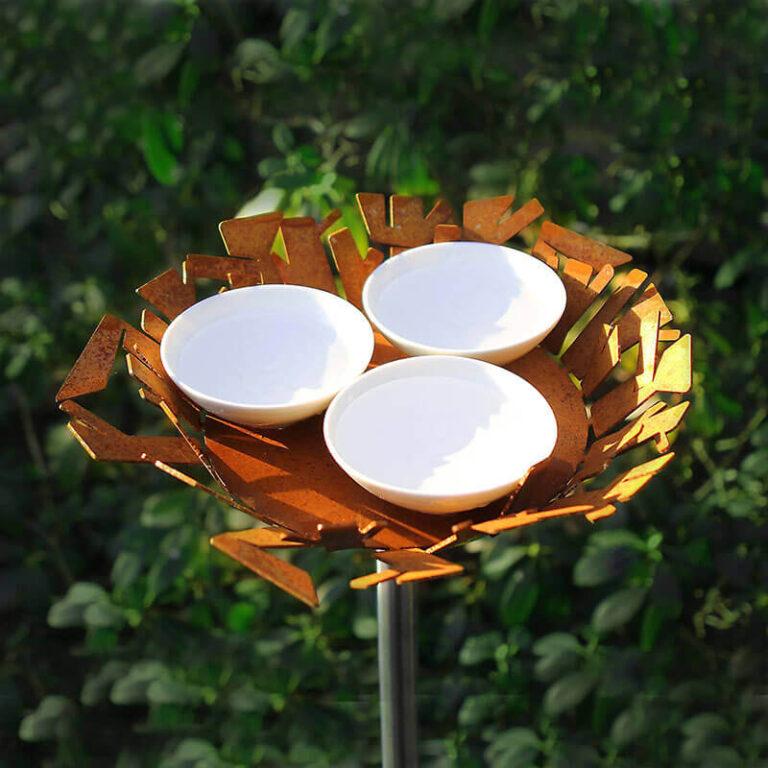 Het design vogelvoederstation Nest heeft 3 schaaltjes. Deze kun je vullen met verschillende soorten vogelvoer. Vul er ook een met water. Het voederstation is gemaakt van Cortenstaal. Hoge kwaliteit!