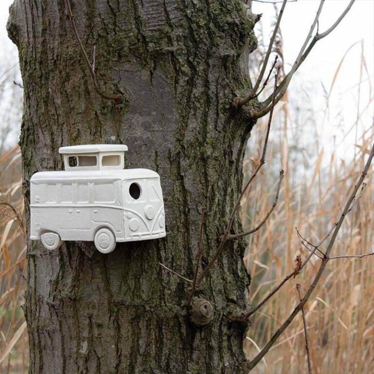 Dit nestkastje met de originele naam Vrije Vogel heeft de vorm van een hip campertje. Hier opgehangen aan een boom. Handgemaakt in NL van winterhard steengoed.