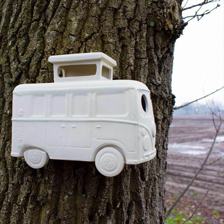 Dit vogelhuisje in de vorm van een vakantiebusje heeft veel leuke details. Je ziet duidelijk dat het een ouderwets maar hip Volkswagenbusje is. In het slaapgedeelte op het dak kunnen de vogeltjes naar buiten kijken.