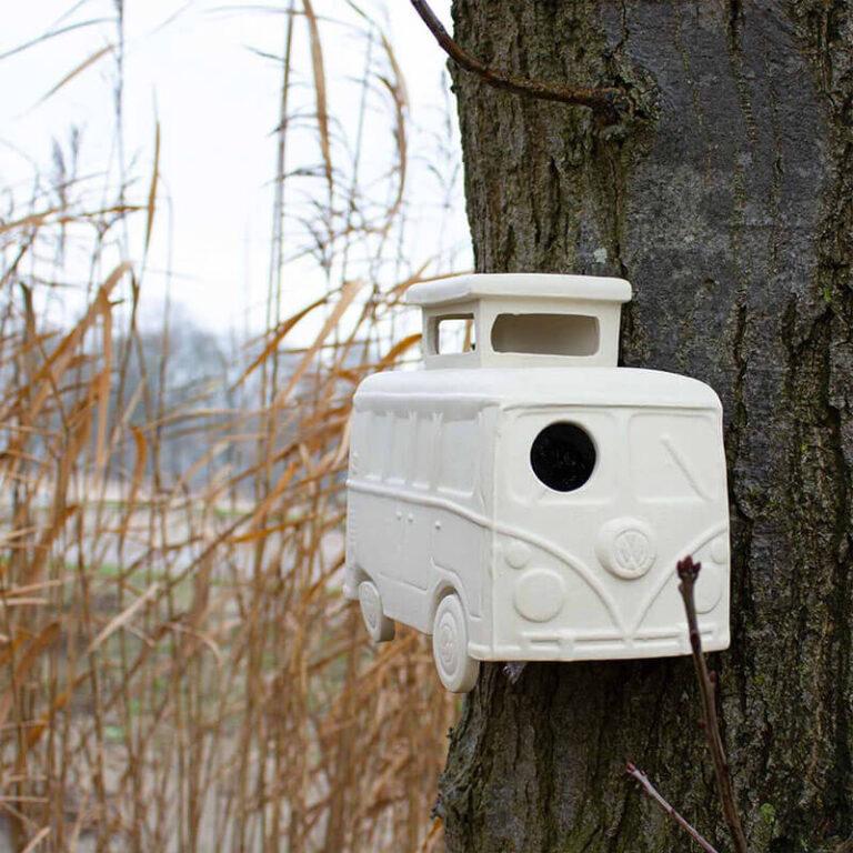 Vogelhuisje Vrije Vogel heeft de vorm van een hip campertje. Hang 'm aan een boom in je tuin of aan de muur op je balkon. De vogeltjes kunnen via de voorruit het huisje in of uit.