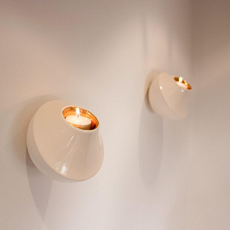 Wall light is met de hand gemaakt van keramiek. Ze zijn dubbelwandig, hebben een opening aan de achterzijde en zijn daarom heel gemakkelijk op te hangen