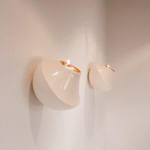 De buitenkant van de Wall light heeft 2 subtiele, neutrale kleuren: de bovenkant is voorzien van een glanzende glazuurlaag in een zandtint, de onderzijde is mat wit.