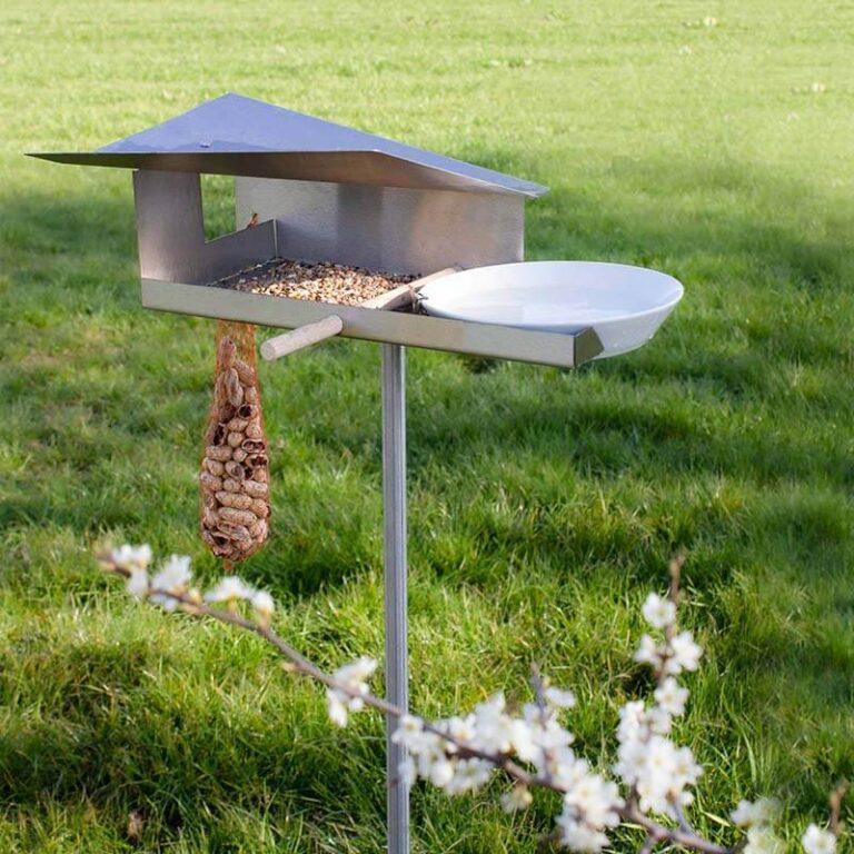 Het dak van de design vogelvilla Waterloop beschermt het eten tegen de regen. Het vangt het regenwater op en voert het af naar de porseleinen schaal. Vogels kunnen er uit drinken of er in badderen.