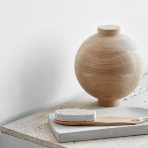 De naturel eikenhouten Sphere is een ronde bol die bestaat uit 2 gelijke delen. Het is een prachtig object voor in de badkamer. Alt-tekst bewerken
