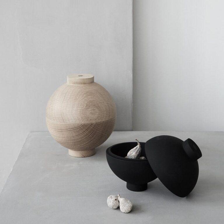 De houten bol Sphere is zowel in naturel eikenhout als in zwart verkrijgbaar. Gebruik 'm als kunstobject of om iets in op te bergen.