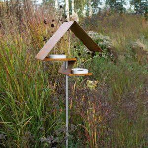 De cortenstaal Zigzag vogelvilla is een vogelvoederstation met 2 verdiepingen en 2 porseleinen schaaltjes.