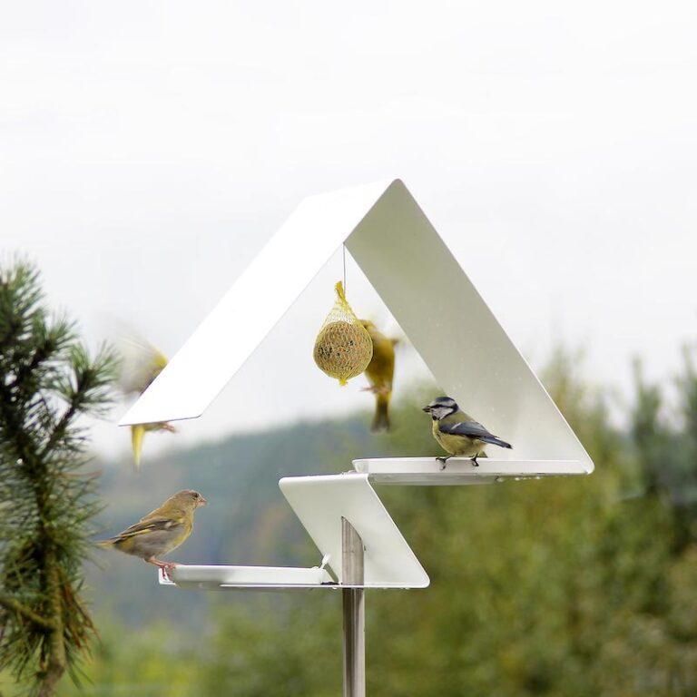 De 2 etages van het wit metalen Vogelvoederstation Zigzag bieden volop ruimte voor de vogels. Op elk niveau staat een schaaltje. In de nok kun je 1 of 2 mezenbollen hangen