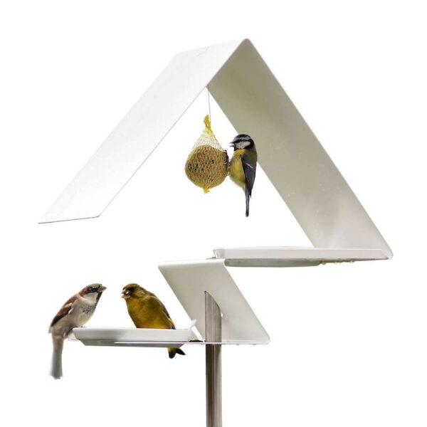 De Zigzag design vogelvilla is gemaakt van edelstaal en is voorzien van een witte poedercoating. Op de 2 verdiepingen staan porseleinen schaaltjes waaruit vogels kunnen eten of drinken. In de nok van het dak kun je nog een mezenbol ophangen.