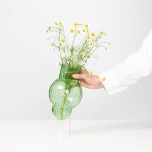 Pluk een paar klaprozen en margrieten. Zet ze in de Bubble Tube vaas en je voelt de zomer in huis. De handgeblazen design vaas staat op een losse transparante cylinder waardoor de vaas lijkt te zweven.